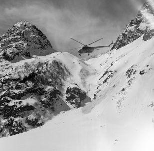 Un elicottero impiegato nelle operazioni di salvataggio dopo il distacco di una lavina - Foto d'archivio