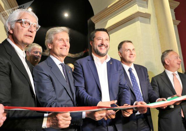 Matteo Salvini (al centro) apre la mostra progetto DE-SIGNO