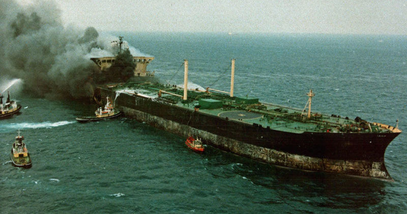 La nave Agip Abruzzo durante le operazioni di spegnimento dell'incendio