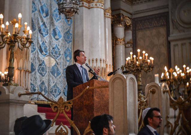 Il presidente del Consiglio Conte visita la sinagoga di Roma
