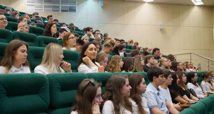 Gli studenti e studentesse della Facoltà di Studi Internazionali e Gestione Regionale presenti in sala