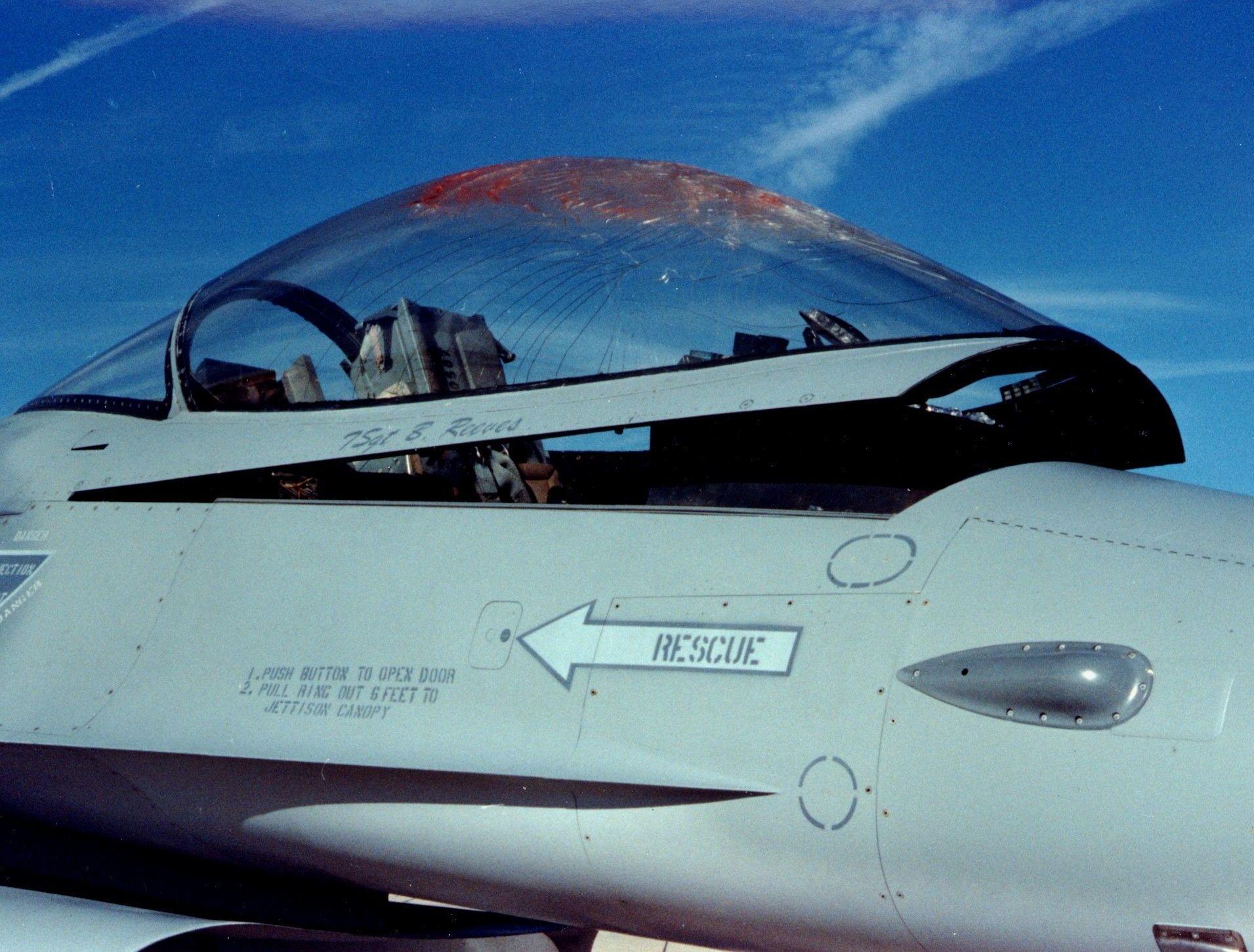 Un F-16 dopo una collisione con un uccello