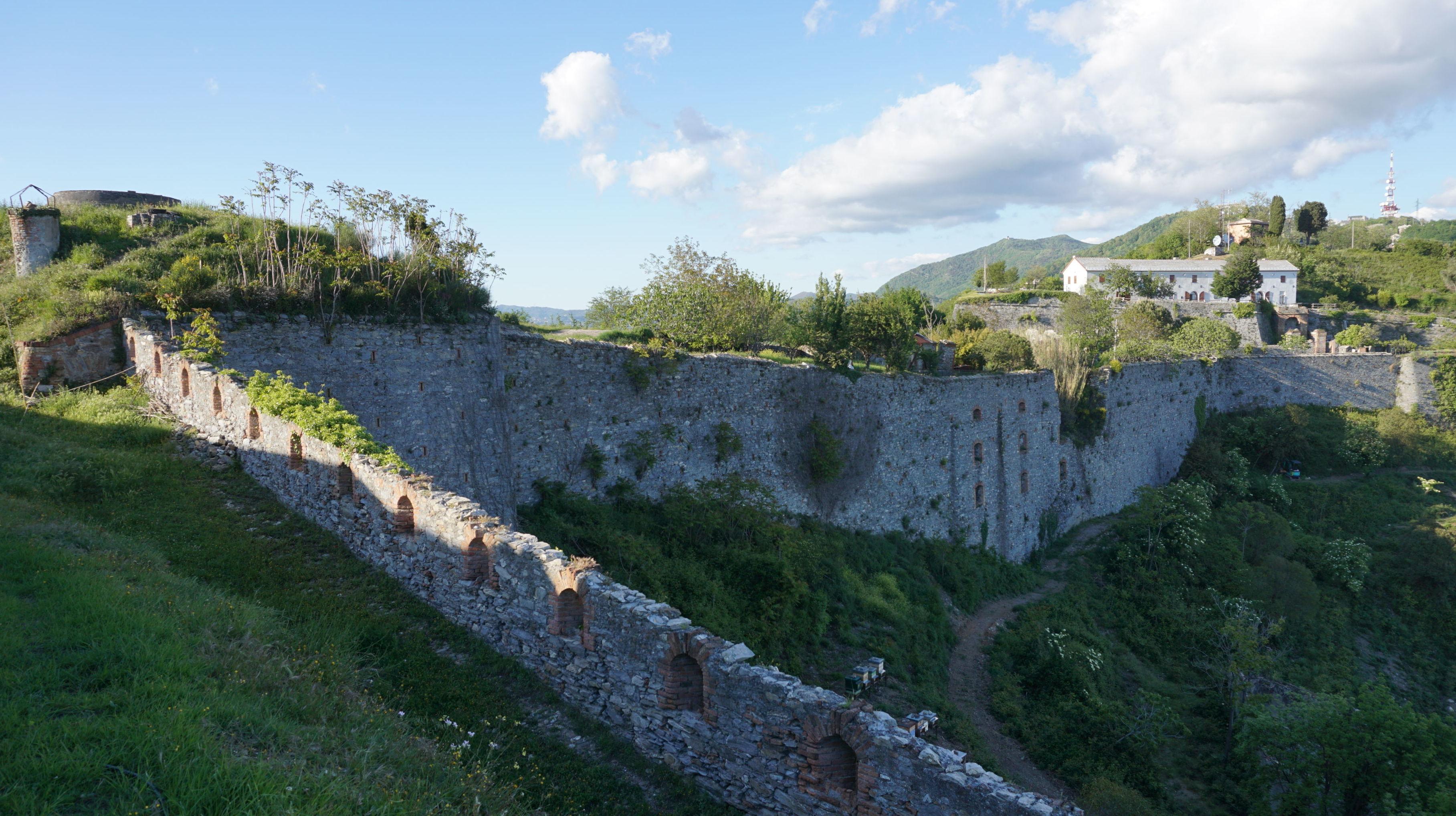 Durante la visita della delegazione russa ad alcune fortificazioni genovesi a Genova, accompagnati da rappresentanti di Italia Nostra.