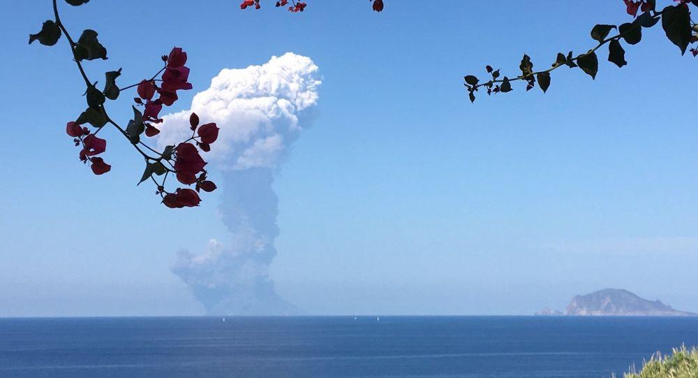 L'esplosione del vulcano Stromboli fotografata da un turista