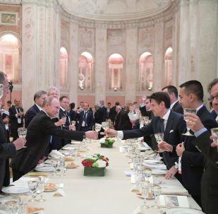 La cena ufficiale a Villa Madama, in cui Putin e Conte hanno incontrato i rappresentanti del forum del Dialogo italo-russo