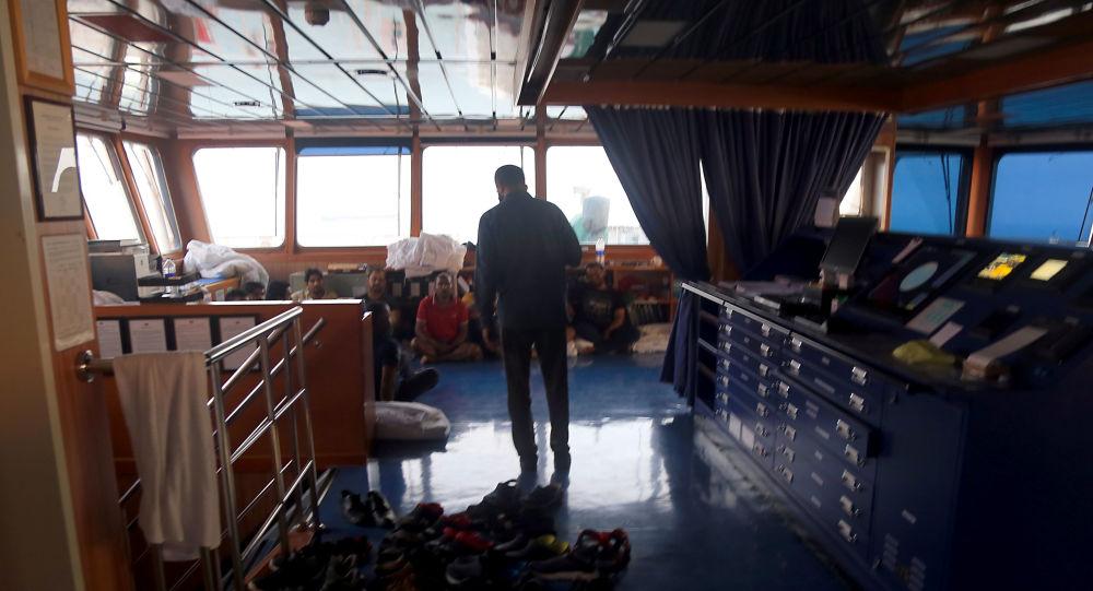 In questa immagine fornita da Fars, un funzionario iraniano parla ai membri dell'equipaggio all'interno della petroliera sequestrata Stena Impero, al largo delle coste di Bandar Abbas, nel sud dell'Iran, il 21 luglio 2019