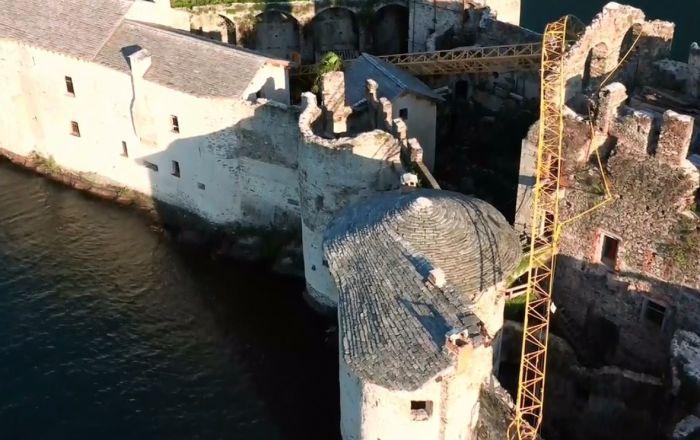 Lago Maggiore, crolla gru sui Castelli di Cannero