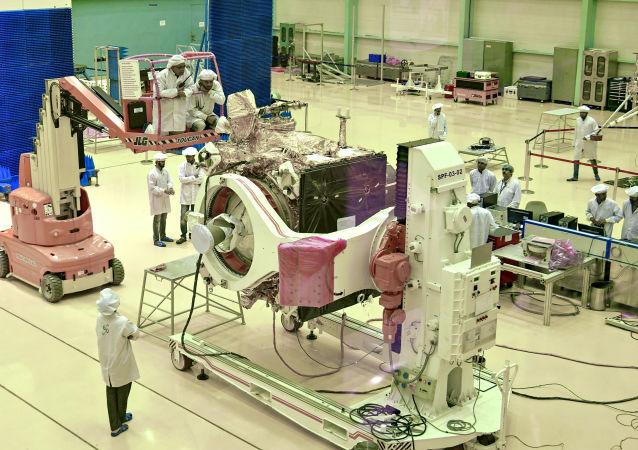 In questa foto di file scattata il 12 giugno 2019, gli scienziati dell'India Space Research Organization (ISRO) lavorano sulla sonda 'Chandrayaan-2'