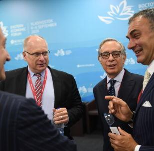 La prima giornata del Forum Economico a Vladivostok. (Da sinistra a destra) Il presidente della Camera di Commercio Italo-Russa Vincenzo Trani, il Direttore generale dell'Associazione delle imprese europee (AEB) Frank Schauff e l'ambasciatore dell'Italia nella Federazione Russa Pasquale Terracciano