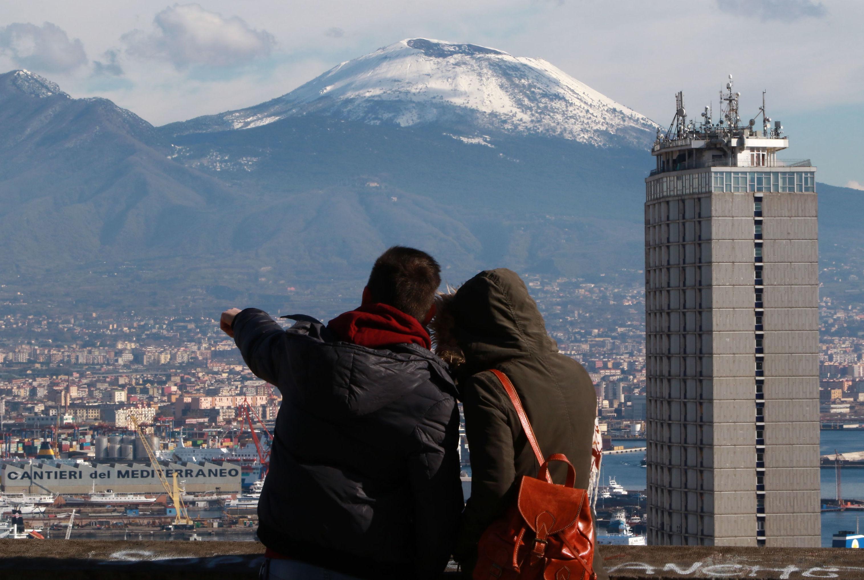 Una coppia guarda il Vesuvio