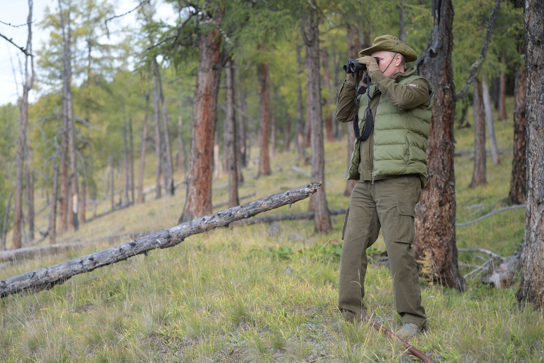 Il presidente russo Vladimir Putin si gode una passeggiata durante il suo tempo libero nella Taiga siberiana.