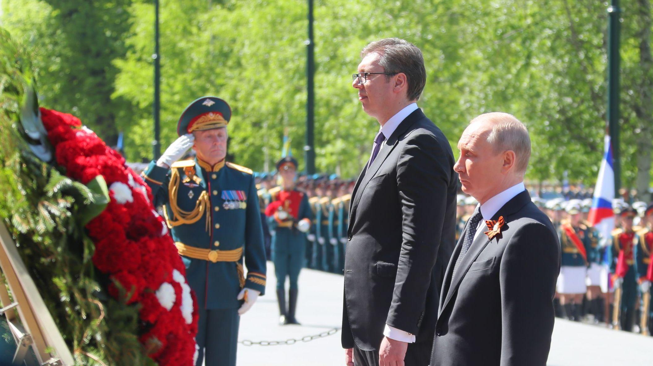I presidenti Putin e Vucic posano i fiori alla tomba del milite ignoto durante la Parata della Vittoria a Mosca, il 9 maggio 2018