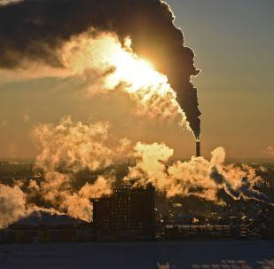 Fumo fuoriesce da una centrale elettrica a Novosibirsk, Russia