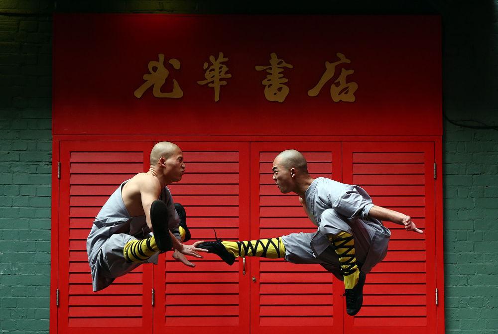 Monaci Shaolin posano nel quartiere cinese di Londra