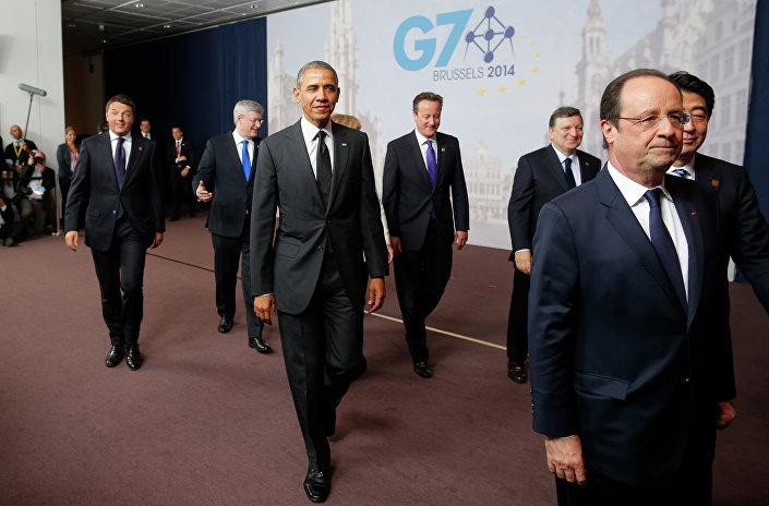 Il presidente degli USA Barack Obama seguito dal primo ministro italiano Matteo Renzi al G7.