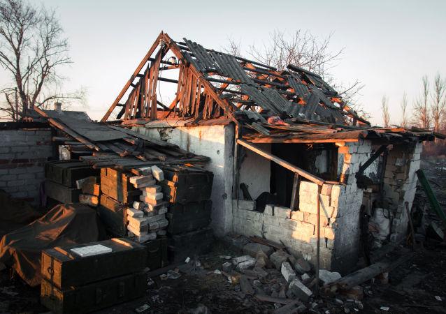 Casa distrutta nella regione di Donetsk