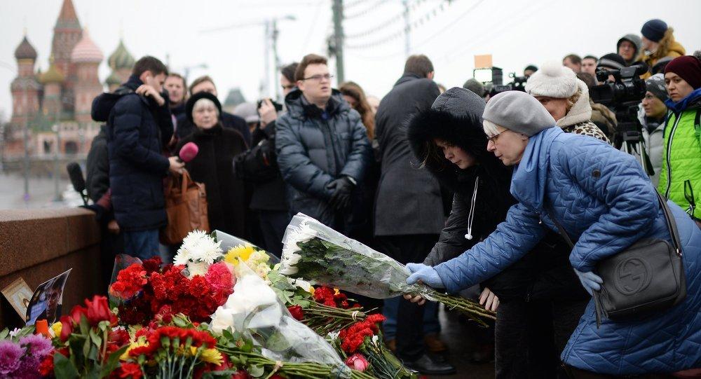 Mosca, fiori nel luogo uccisione di Boris Nemtsov