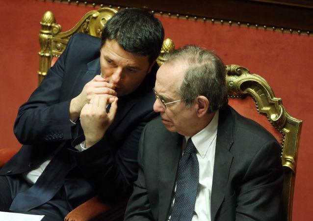 Il primo ministro italiano Matteo Renzi e il ministro per l`Economia e Finanze Pier Carlo Padoan