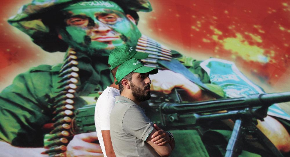 Membri del movimento Fratelli Musulmani di fronte ad una foto dei miliziani di Hamas