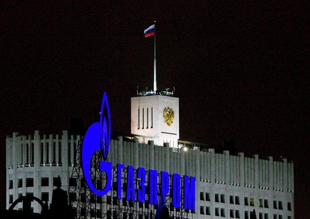 Logo di Gazprom al fronte di Palazzo di Governo russo