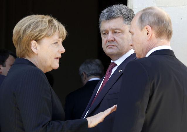 Angela Merkel, Petr Poroshenko e Vladimir Putin in Normandia