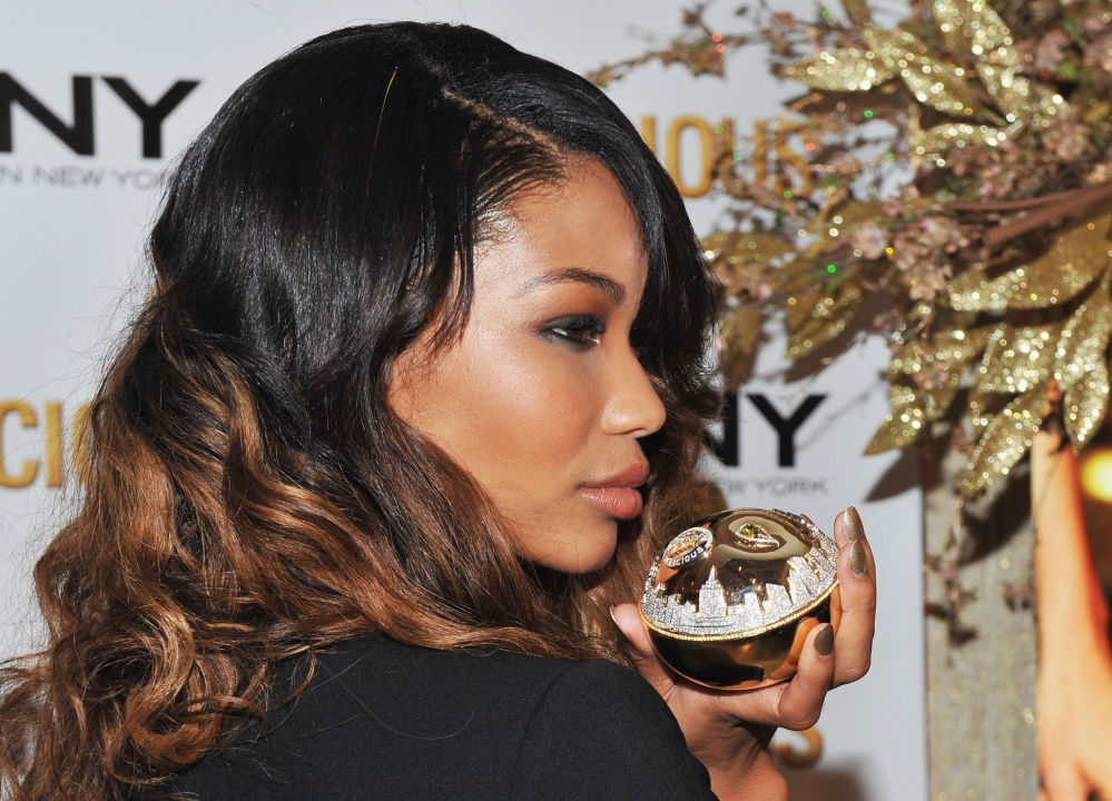La top model Chanel Iman tiene in mano il profumo DKNY Golden Delicious del valore di 1 milione di dollari