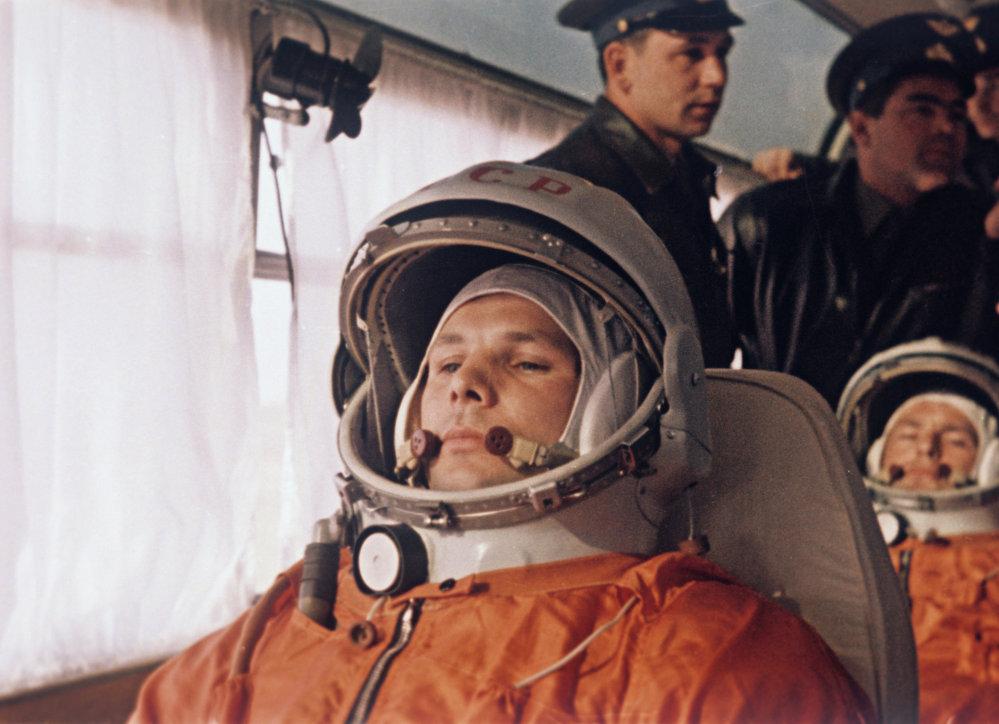 Yuri Gagarin e, dietro di lui, German Titov si dirigono al cosmodromo di Baikonur il 12 aprile 1961.