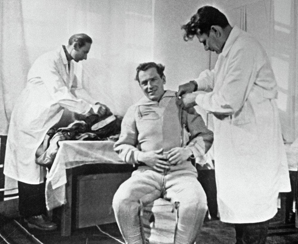 German Titov indossa la tuta spaziale