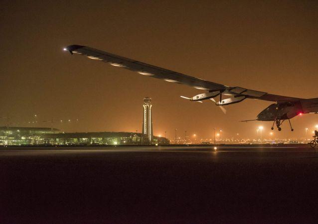 L'aereoplano ad energia solare Solar Impuls 2 durante l'atterraggio a Muscat, Emirati Arabi Uniti