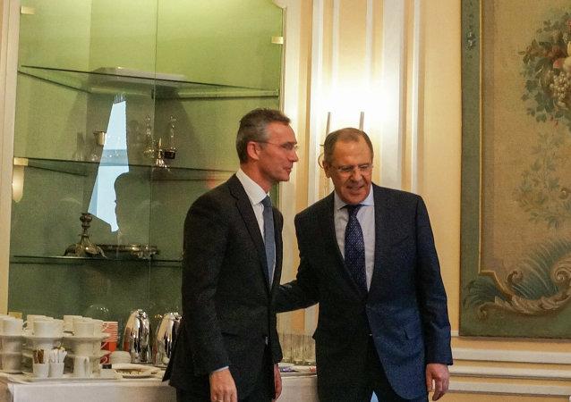 Il Ministro degli Esteri russo Serghej Lavrov e Il Segretario Generale di NATO Jens Stoltenberg