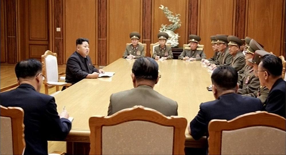 Kim Jong-un con i membri del Consiglio di Sicurezza nordcoreano