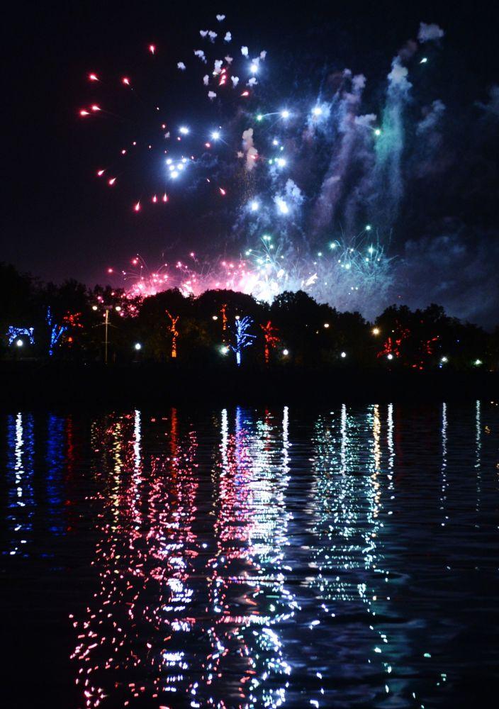 Lo show dei Fuochi d'Artificio alla Collina dei Passeri nel quadro del Festival internazionale dei Fuochi d'Artificio a Mosca.