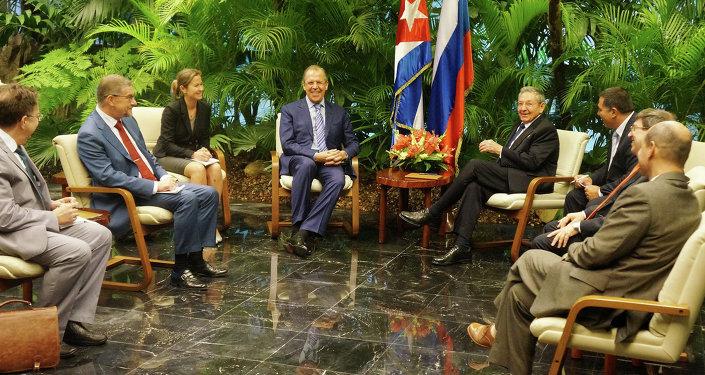 Il Ministro degli Esteri russo Sergey Lavrov e il Presidente di Cuba Raul Castro a Avana