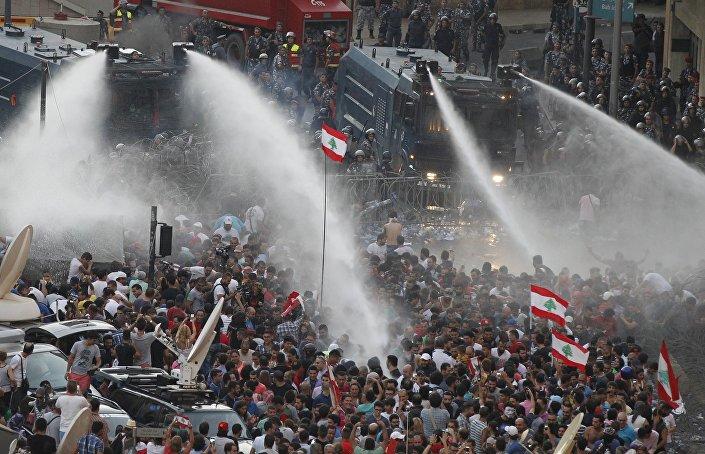 Durante il fine settimana la polizia ha usato gas lacrimogeni, proiettili di gomma e idranti sui manifestanti.