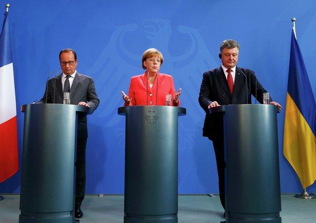 Francois Hollande, Angela Merkel e Petr Poroshenko (foto d'archivio)