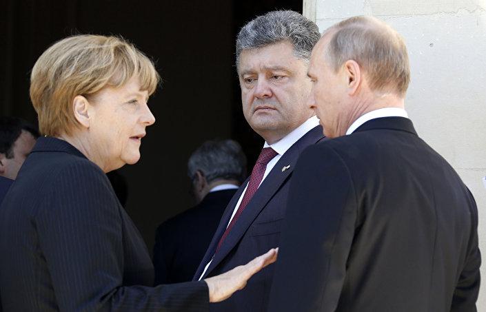 Angela Merkel, Petro Poroshenko e Vladimir Putin in Normandia