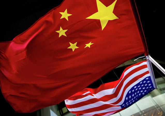 Bandiere di Cina e Stati Uniti