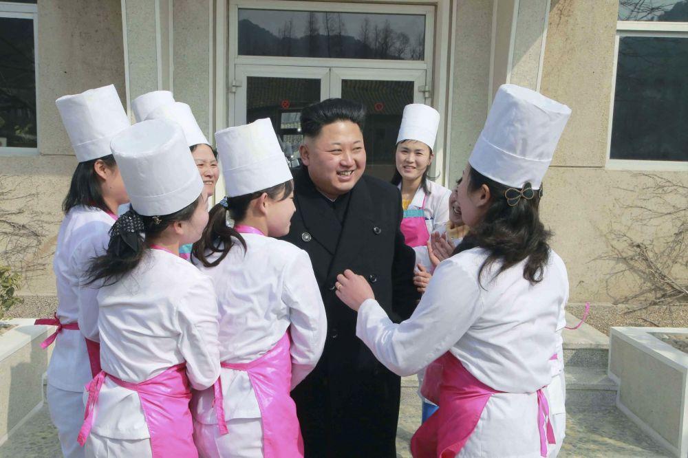 Il leader della Corea del Nord Kim Jong Un durante la visita all'unità 1016 dell' aeronautica dell'Esercito Popolare della Corea del Nord