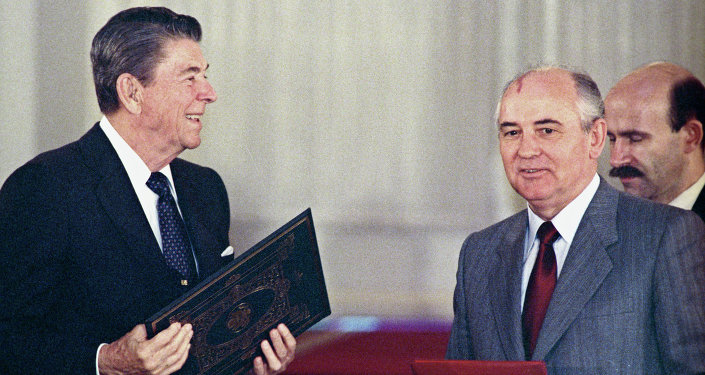 Il Presidente USA Ronald Reagan e Michail Gorbachev alla firma del trattato sull'eliminazione dei missili a lungo e medio raggio