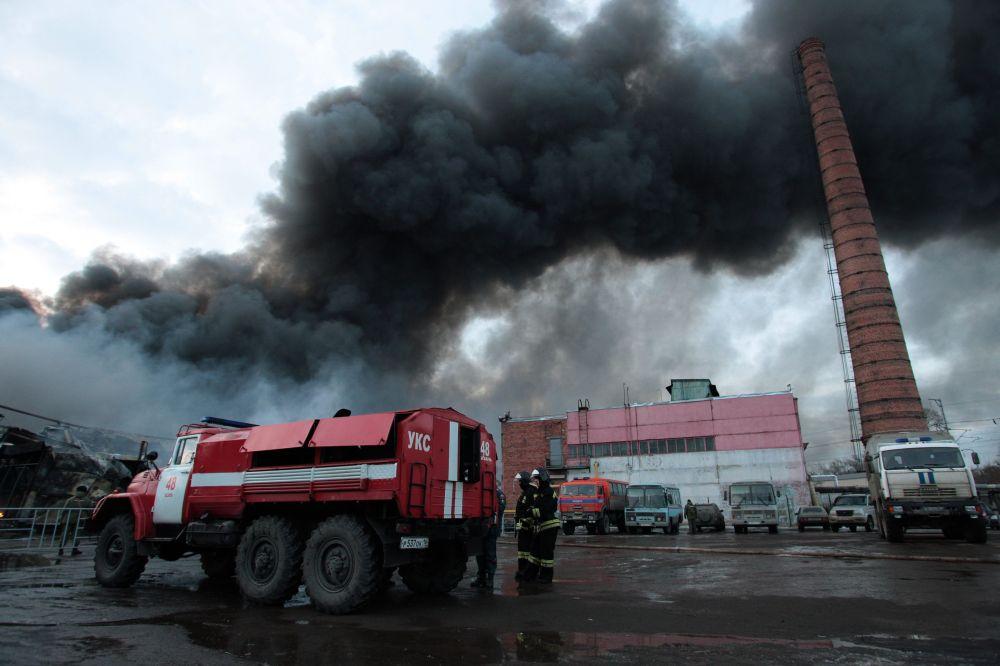 Kazan, i vigili del fuoco spengono l'incendio nel centro commerciale.