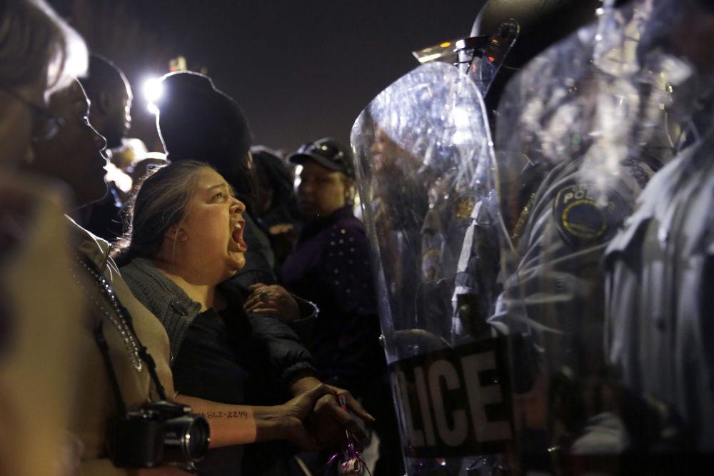 Ferguson, una donna inveisce contro i poliziotti.