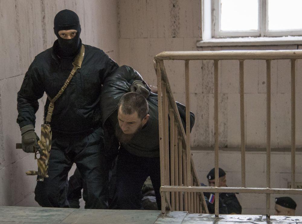 Tamerlan Eskerkhanov, uno dei sospetti per l'omicidio di Boris Nemtsov, viene condotto in tribunale.
