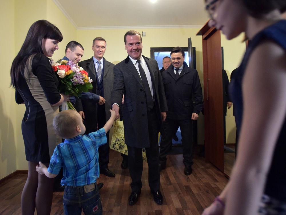 Il premier russo Dmitry Medvedev visita il nuovo complesso residenziale Strela a Korolyov.