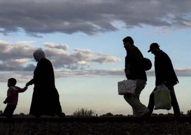 Profughi in cammino verso l'Ungheria (foto d'archivio)