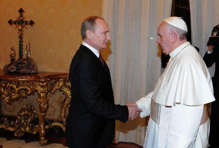Il presidente russo Vladimir Putin durante l'incontro con Papa Franceso a Vaticano