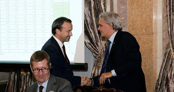 Stretta di mano fra l'ambasciatore Ragaglini ed il vice primo ministro Dvorkovich