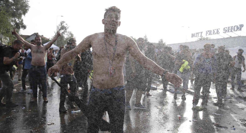 Scontri tra la polizia e migranti