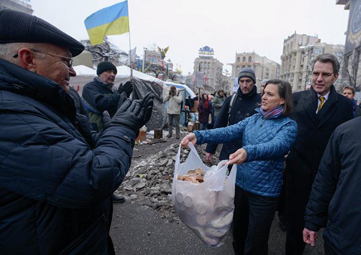 Victoria Nuland sfama i manifestanti del Maidan di Kiev nell'inverno 2014