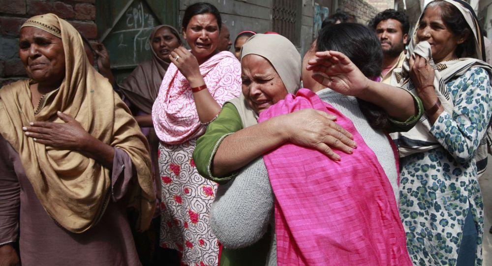 Le parenti delle vittime dell`esplosione della chiesa a Lahore