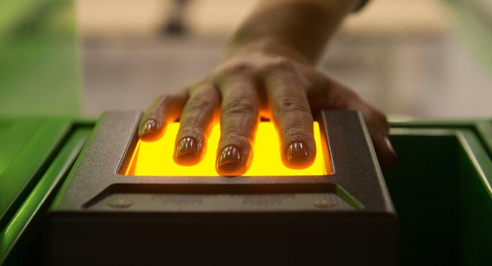 Mentre i BRICS vanno verso un regime visa-free, la UE ha introdotto l'obbligo delle impronte digitali per i russi che richiedono il visto shengen